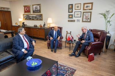 İzmir Kültür Zirvesi'nde diplomasi trafiği-2-gazete-yenigun
