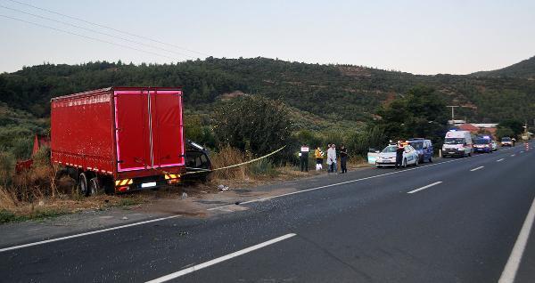 Kamyonla çarpışan otomobildeki 2 kardeş öldü -yenigun