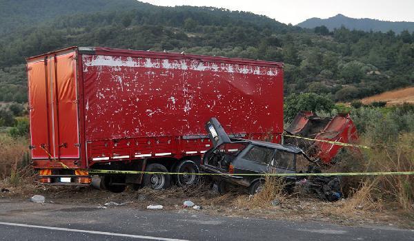 Kamyonla çarpışan otomobildeki 2 kardeş öldü