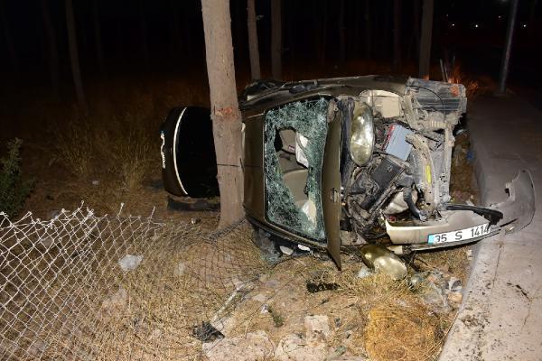 Otomobil şarompole devrildi 4 yaralı-gazete-yenigun