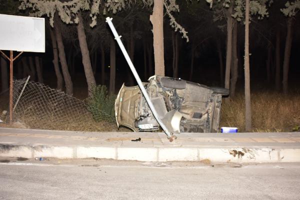 Otomobil şarompole devrildi 4 yaralı-yenigun-gazetesi