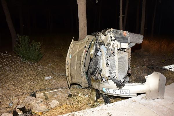 Otomobil şarompole devrildi 4 yaralı yenigun