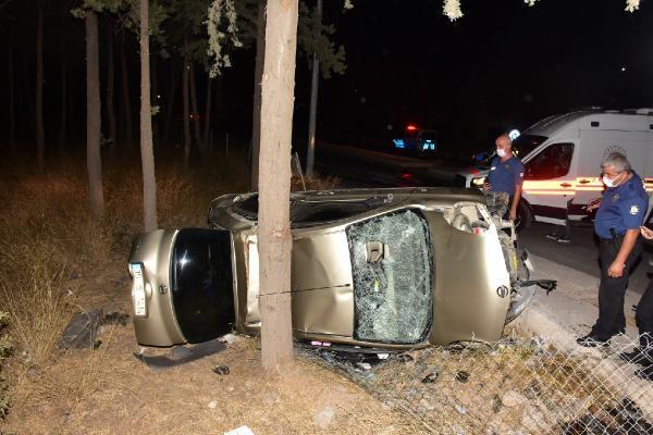 Otomobil şarompole devrildi 4 yaralı
