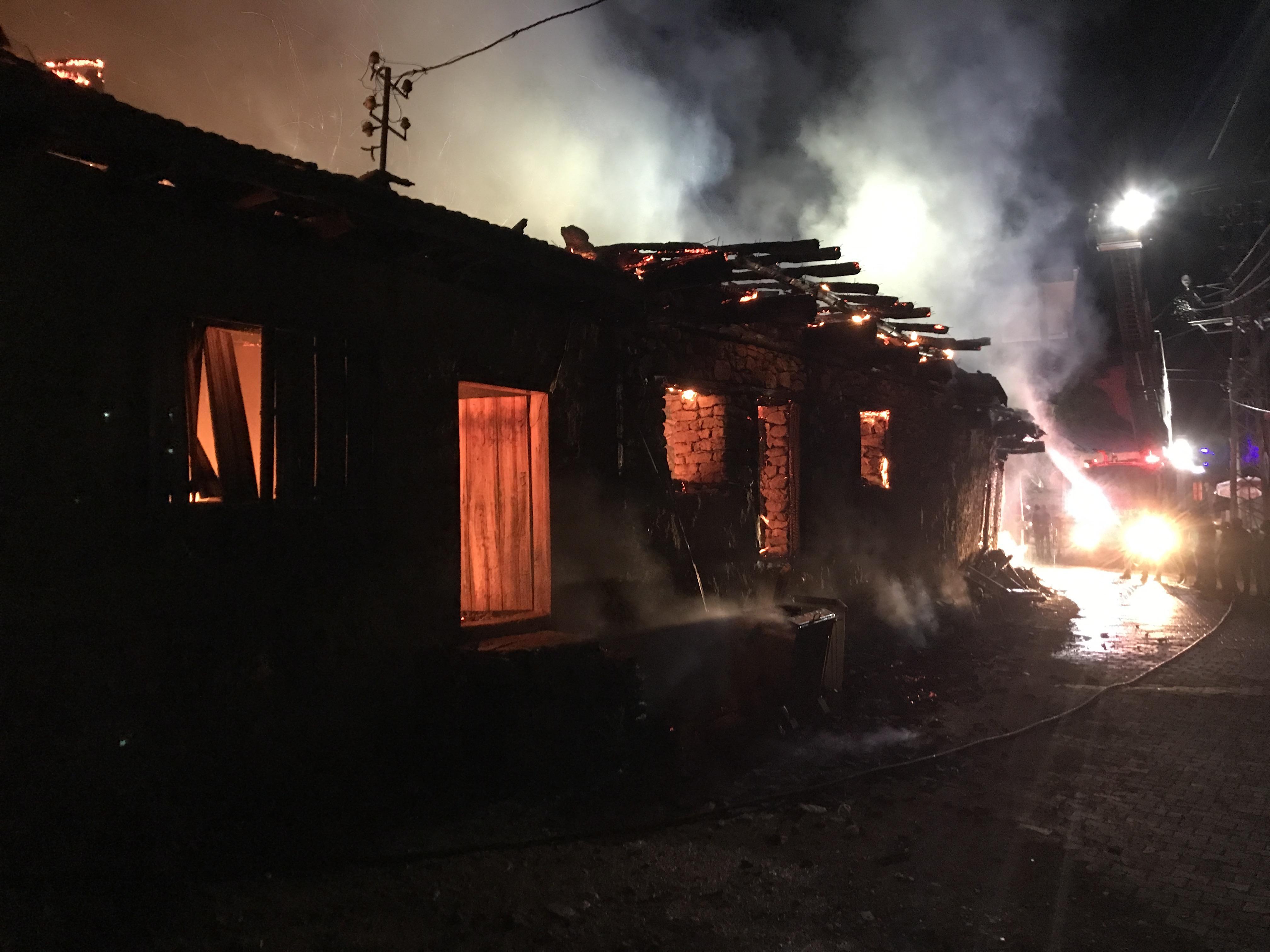 Uşak'ta çıkan yangında 3 ev ile 1 iş yeri zarar gördü