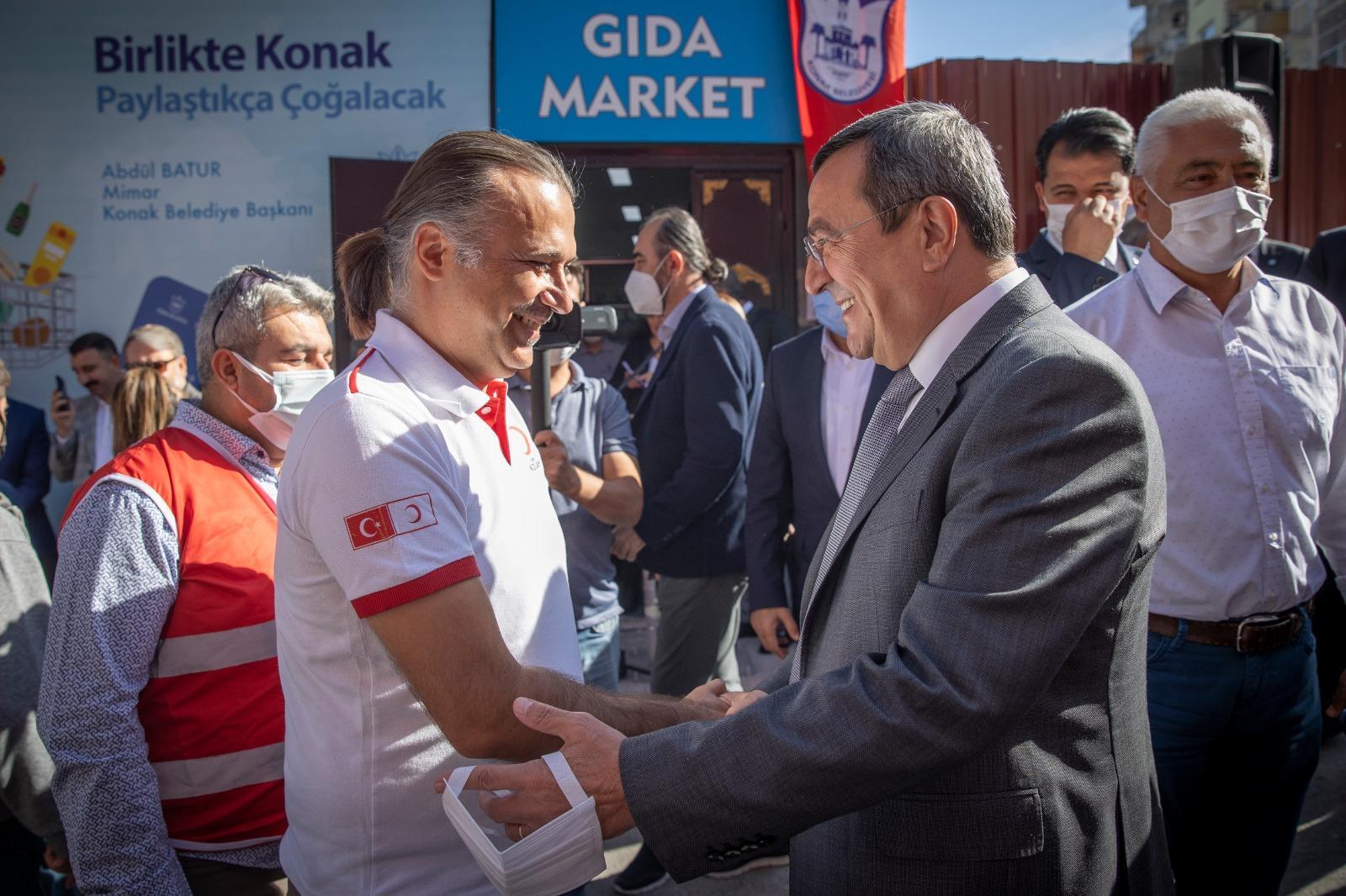 Batur, verdikleri destek için Türk Kızılayı Konak Şube Başkanı Ömür Şanlı ve yönetimine çok teşekkür ediyorum.