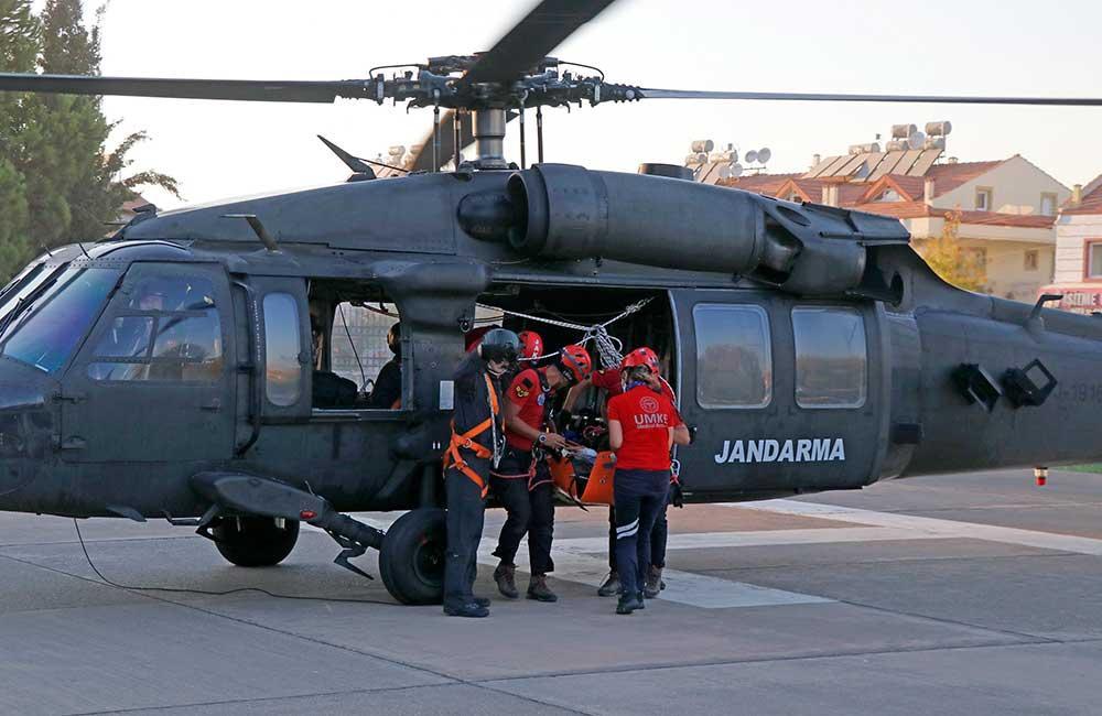 Fethiye'de-kayalıklara-düşen-yamaç-paraşütçüsü-helikopterle-kurtarıldı