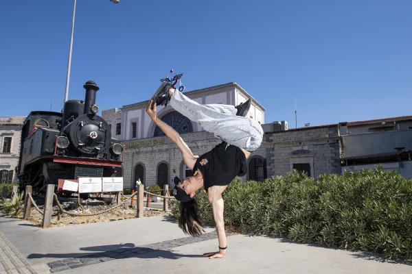 İzmir'in sembol noktalarında dans gösterisi